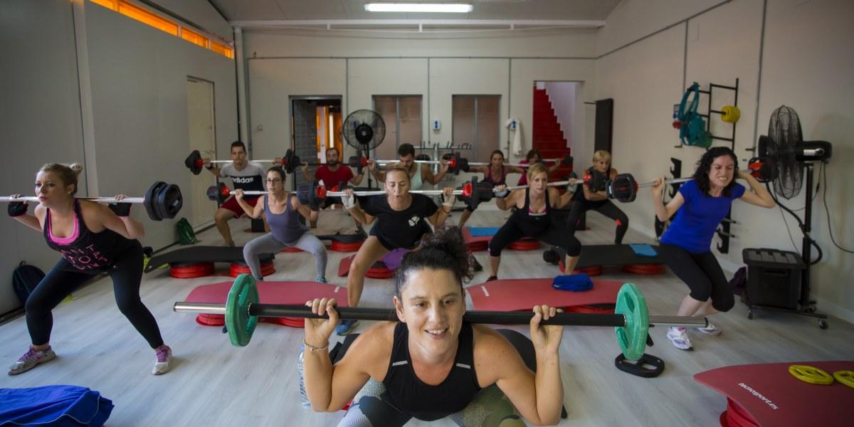 Porqué levantar peso en grupo mejora tus resultados